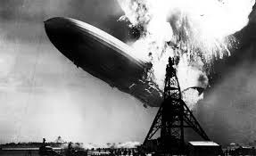 """El incendio del """"Hindenburg"""" marcó el ocaso de los dirigibles. En el desastre perecieron 35 personas."""