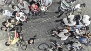 Un dron sobrevuela a un grupo de niños en Manila (Filipinas)