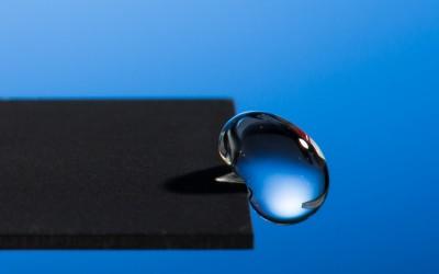 Crean un Material que repele el Agua haciéndola rebotar